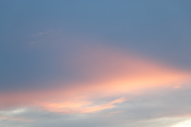 Hemel en wolk in blauwe en oranje gradiëntkleuren. kleurrijke gladde lucht in de schemering.