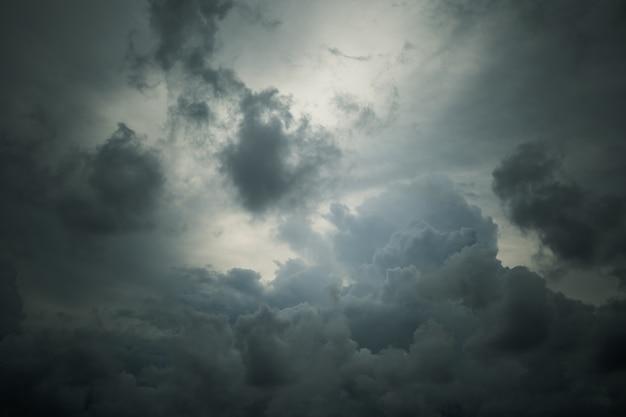 Hemel en wolken alvorens achtergrond te regenen