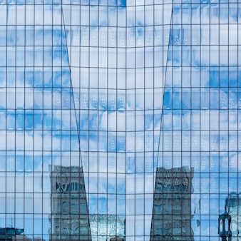 Hemel en wolken weerspiegeld in een modern gebouw glazen gevel