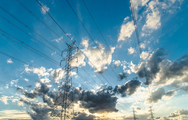 Hemel hoogspanning pyloon wolken.