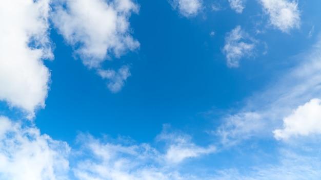 Hemel met blauwe en witte pluizige wolken