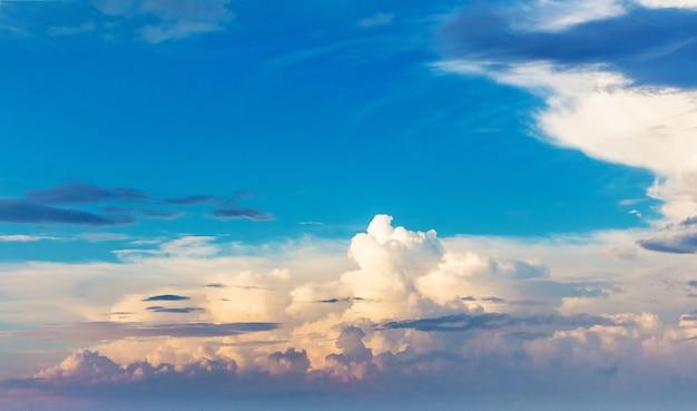 Hemel met kleurrijke wolken tijdens zonsopgang of zonsondergang