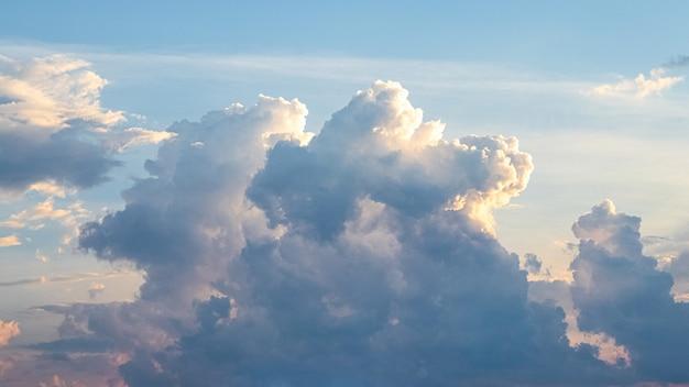 Hemel met schilderachtige pluizige wolken bij zonsondergang