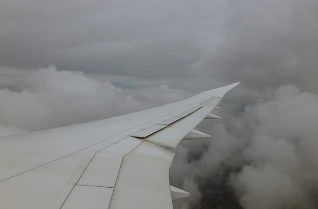 Hemel met wit bewolkt dat van vliegtuig wolken vliegtuigvleugel