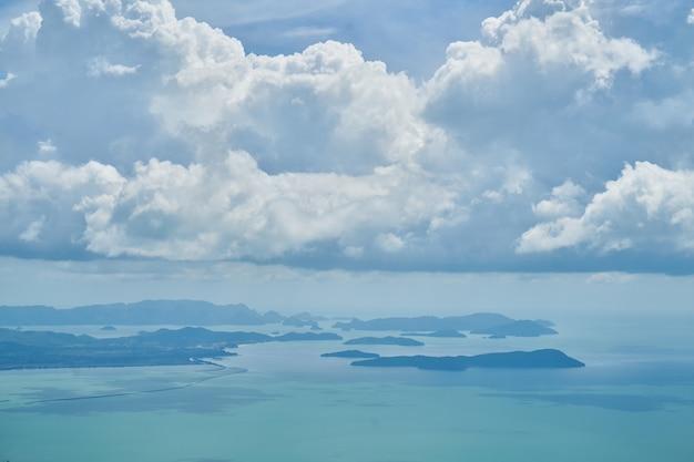 Hemel met witte en blauwe wolken