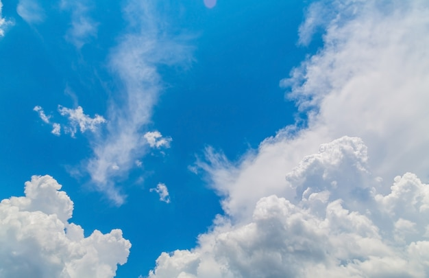 Hemel met witte wolken