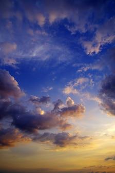 Hemel met wolken en zon
