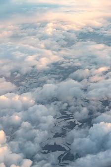 Hemel met wolken gezien vanuit vliegtuig raam
