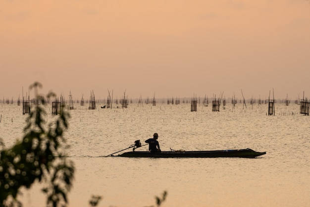 Hemel oranje licht en vissersboot