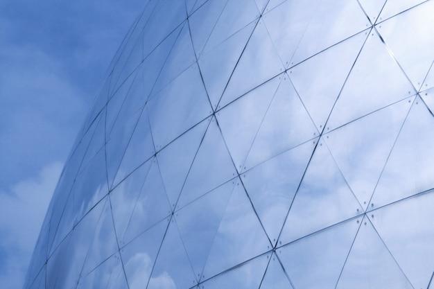 Hemel weerspiegelt in het gebouw