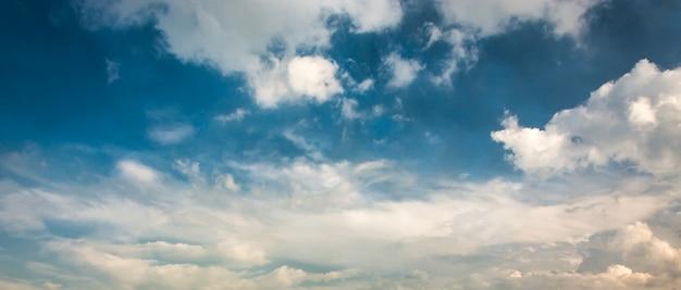 Hemel-wolken achtergrond.