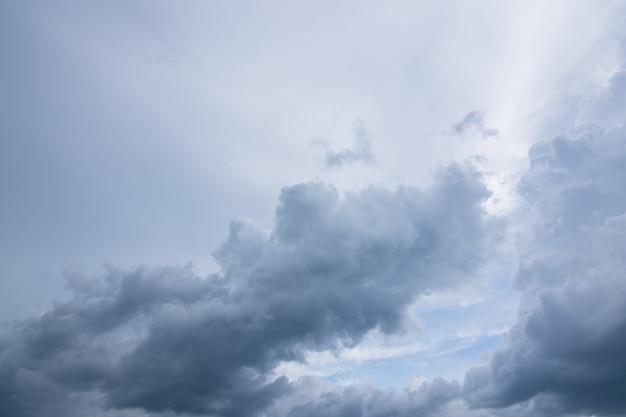 Hemelachtergrond en regenwolken