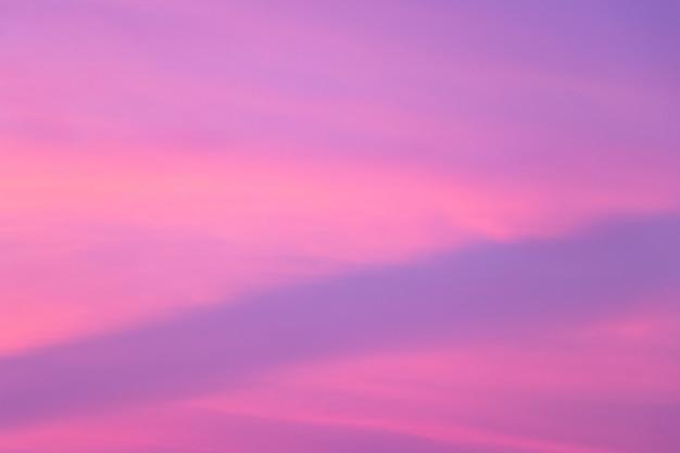 Hemelachtergrond in schemeringperiode met roze en violette kleur bij zonsondergang