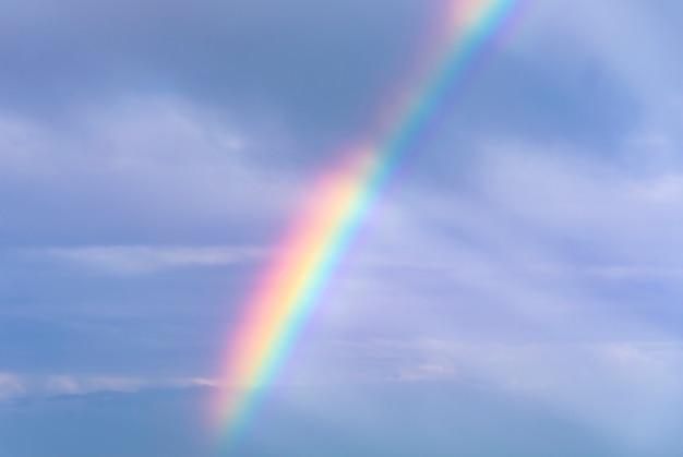 Hemelachtergrond met regenboog na onweer
