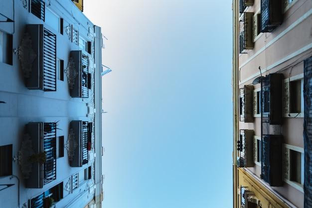 Hemelachtergrond tussen twee oude gebouwen.