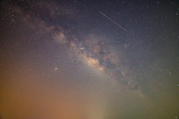 Hemelmuur en sterren bij nacht melkweg