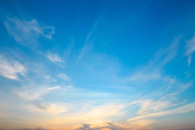 Hemelsblauw en oranje licht van de zon door de wolken aan de hemel