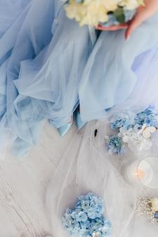 Hemelsblauwe schoenen en jurk van de bruid bij een huwelijksfotoshoot. hoge kwaliteit foto