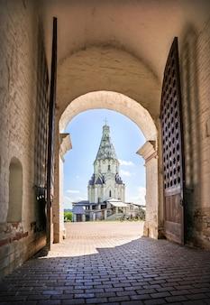 Hemelvaartkerk in de boog van de poort in kolomenskoye in moskou op een zonnige zomerdag