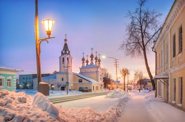 Hemelvaartskathedraal aan de moskovskaya-straat in murom op een wintersneeuwroze zonnige ochtend pink