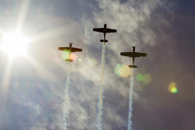 Hemelwolken vliegtuigen luchtshow