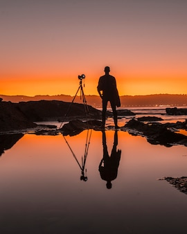 Hendaye, aquitaine / frankrijk â »; 7 oktober 2019: een fotograaf weerspiegeld in het water op de stranden van hendaye