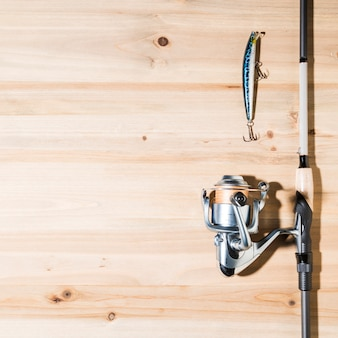 Hengel met lokken op houten plank