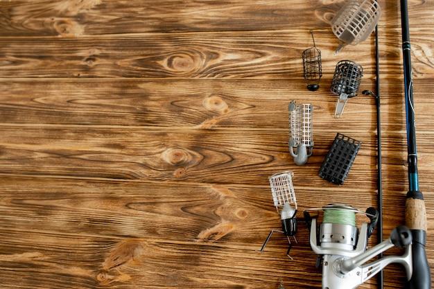 Hengel met toebehoren op houten tafel