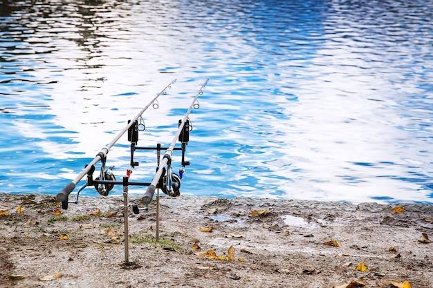 Hengels aan de oever van het meer van bled slovenië visserijachtergrond