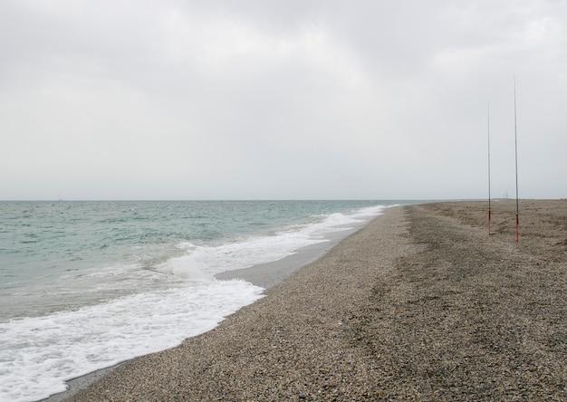 Hengels opgesteld aan de kust van het strand