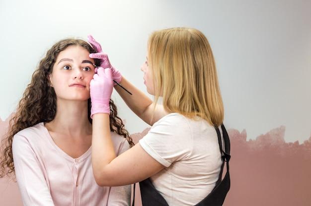 Henna wenkbrauwkleuring procedure in een schoonheidssalon