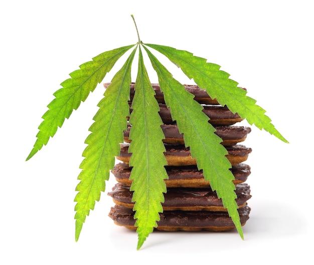 Hennepblad naast chocoladekoekjes met cbd-cannabisgehalte
