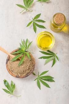 Hennepmeel in houten lepel en etherische olie van hennep. kopieer ruimte. cbd cannabis.