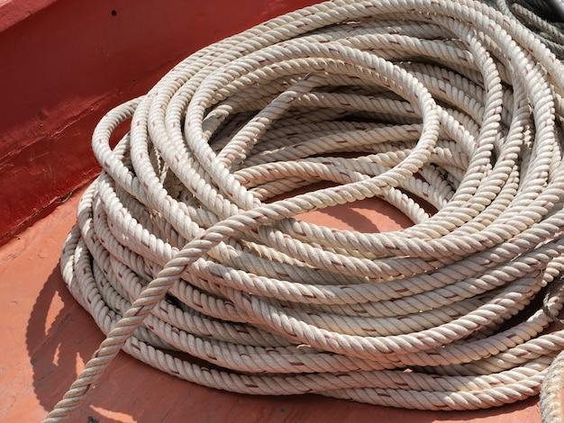 Henneptouw of maritiem touw om boten aan dokken vast te maken
