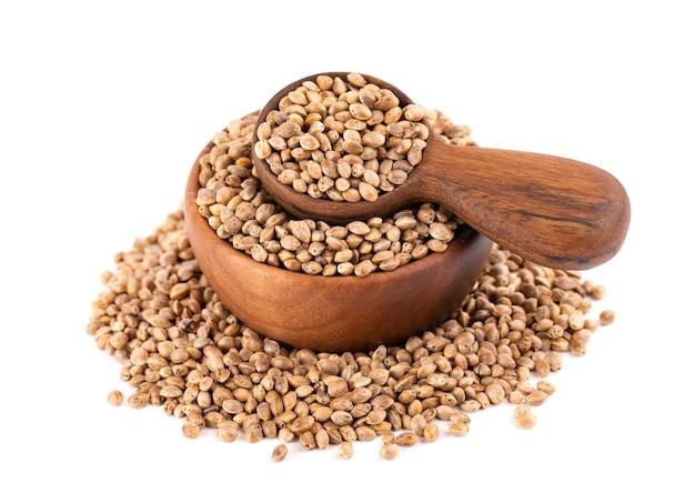 Hennepzaden geïsoleerd droge zaden van cannabis, hennep of marihuana in houten kom en lepel.