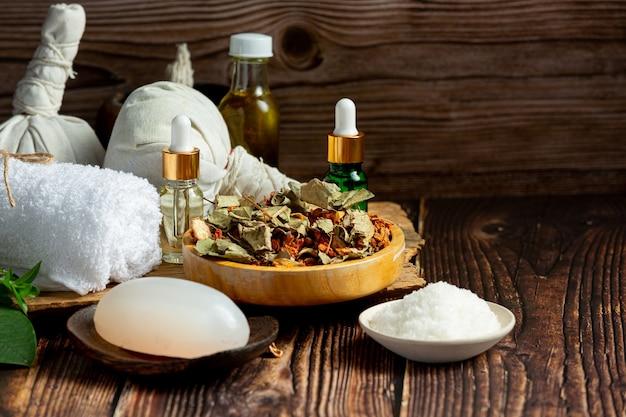 Herbal spa-behandelingsapparatuur op een houten vloer