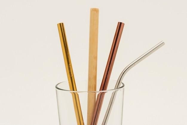 Herbruikbare bamboe en metalen rietjes in een glas