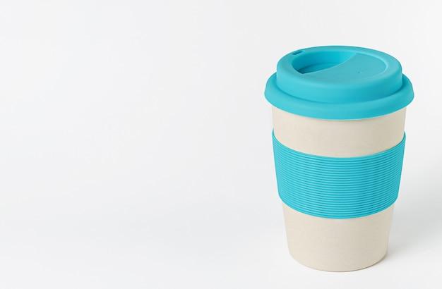 Herbruikbare bamboe koffiekop met blauwe siliconen houder en deksel. zero waste.