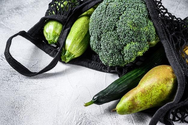 Herbruikbare boodschappentas gevuld met groenten