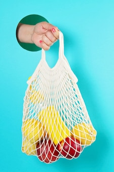 Herbruikbare boodschappentas met citroenen, fruit en glazen fles. geen afval, geen plastic.