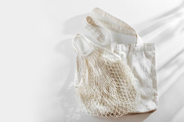Herbruikbare boodschappentassen op witte achtergrond. geen afvalconcept. geen kunststof.