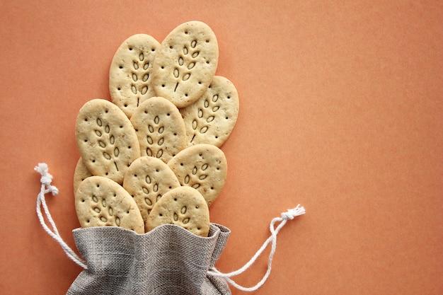 Herbruikbare canvas tas en meergranen koekjes.