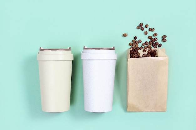 Herbruikbare eco koffiekop met gebrande koffiebonen
