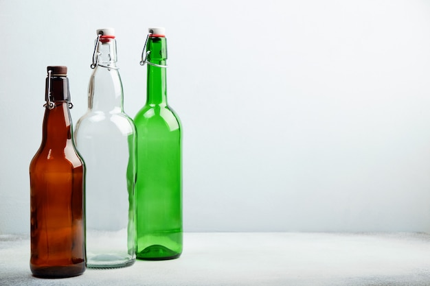 Herbruikbare glazen flessen op tafel.