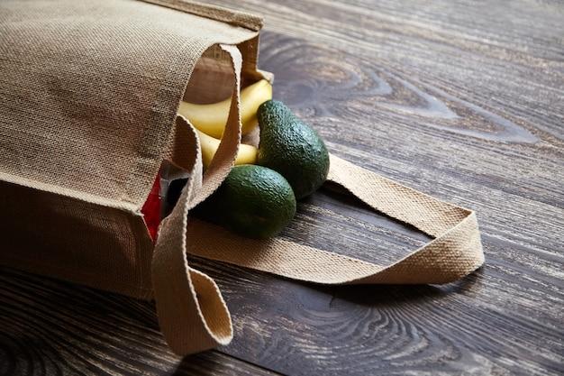 Herbruikbare jute boodschappentas met vers fruit