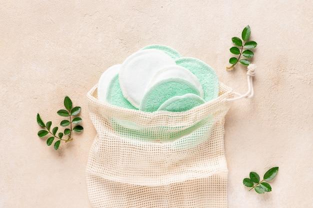 Herbruikbare katoenen make-up remover pads in een netje