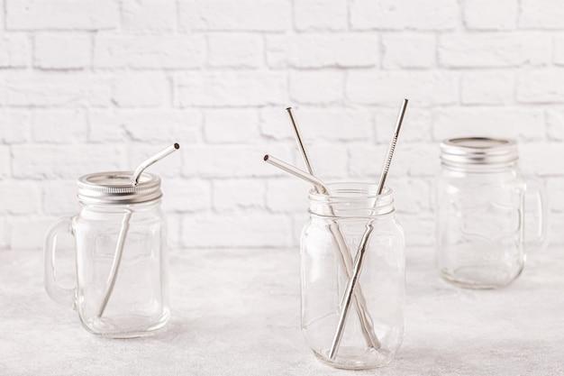 Herbruikbare metalen drinkbakjes en schoonmaakborsteltje in een potje. geen afvalconcept.