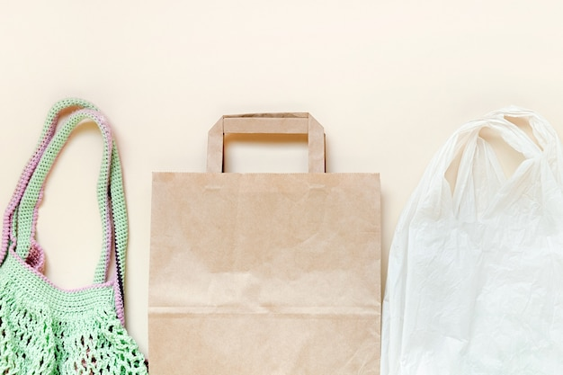 Herbruikbare nettas of mesh shopper papieren zak en plastic zak geen afval plasticvrij concept