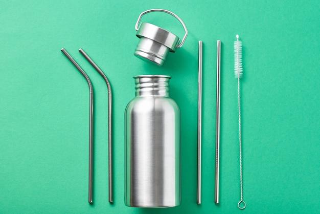 Herbruikbare plastic gratis items op een groene achtergrond