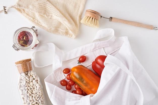 Herbruikbare producten zonder plastic, concept zonder afval. verse groenten, bonen in een glazen fles en textiel boodschappentas